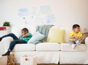 बढ़ते बच्चों में आपसी जलन के पाँच कारण व उनको सुलझाने के पाँच तरीक़े