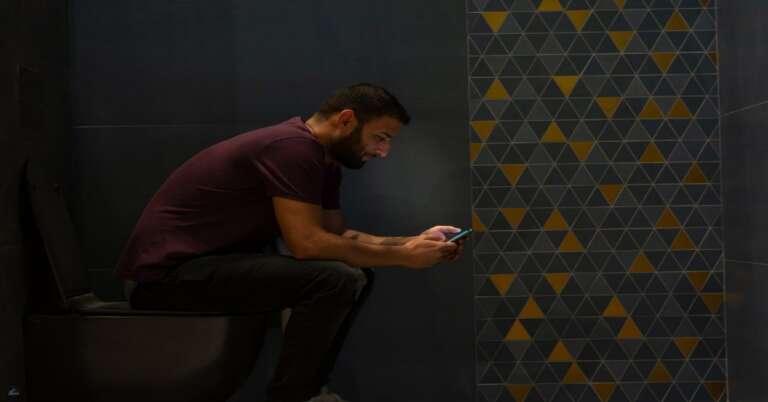 Toilet में फ़ोन के इस्तेमाल से हो सकते है बड़े नुकसान